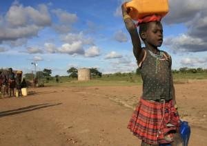 Meron holt Wasser von einem von Oxfam errichteten Brunnen in Kotido/Uganda. Geringere Regenfälle – eine Folge des Klimawandels – verringern die Ernteerträge und die Vielfalt der angebauten Nutzpflanzen. | © Jane Beesley